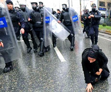 Polis, kadın çocuk ayırmadı! galerisi resim 29