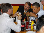 Obama ve Medvedev hamburgerci'de