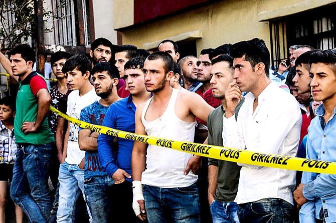 Antep'te bombalı saldırı: En az 50 kişi hayatını kaybetti galerisi resim 97