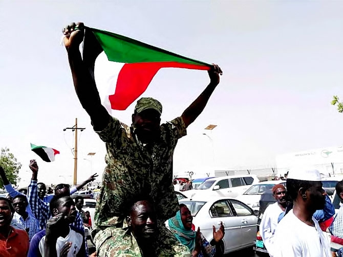 Sudan'da ordu yönetime el koydu: El Beşir tutuklandı galerisi resim 1