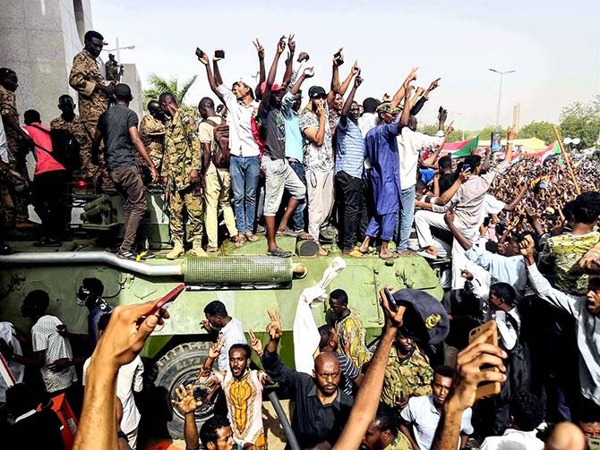 Sudan'da ordu yönetime el koydu: El Beşir tutuklandı galerisi resim 11