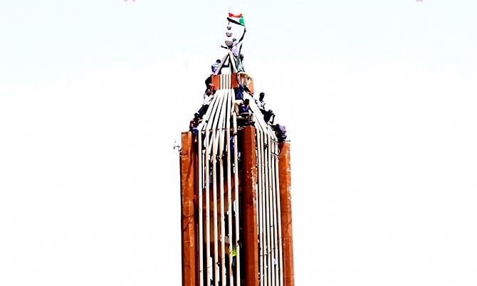 Sudan'da ordu yönetime el koydu: El Beşir tutuklandı galerisi resim 12