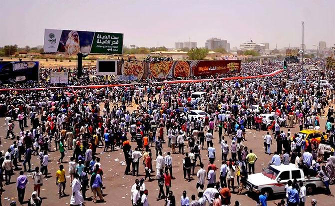 Sudan'da ordu yönetime el koydu: El Beşir tutuklandı galerisi resim 16