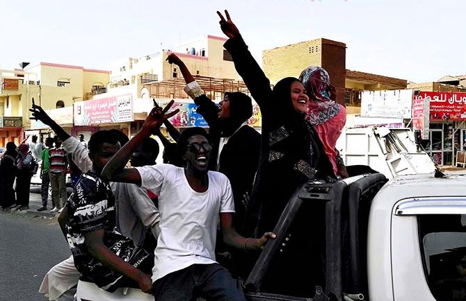 Sudan'da ordu yönetime el koydu: El Beşir tutuklandı galerisi resim 17