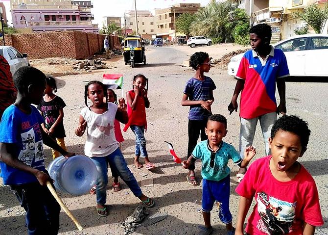 Sudan'da ordu yönetime el koydu: El Beşir tutuklandı galerisi resim 18