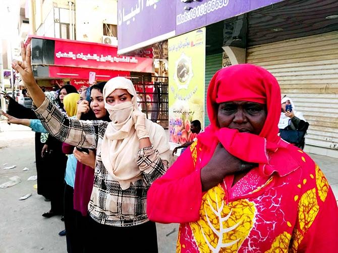 Sudan'da ordu yönetime el koydu: El Beşir tutuklandı galerisi resim 19