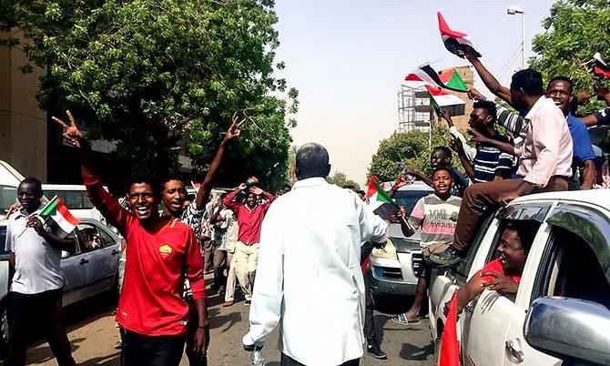 Sudan'da ordu yönetime el koydu: El Beşir tutuklandı galerisi resim 2