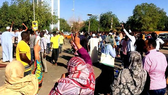 Sudan'da ordu yönetime el koydu: El Beşir tutuklandı galerisi resim 21