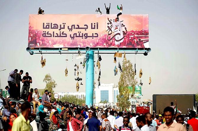 Sudan'da ordu yönetime el koydu: El Beşir tutuklandı galerisi resim 5