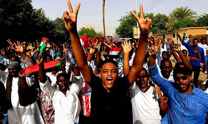 Sudan'da ordu yönetime el koydu: El Beşir tutuklandı galerisi resim 6