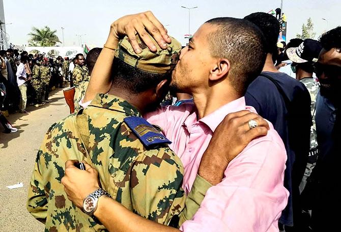 Sudan'da ordu yönetime el koydu: El Beşir tutuklandı galerisi resim 9