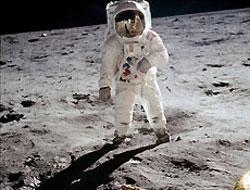 Ay'a ilk kim ayak bastı?