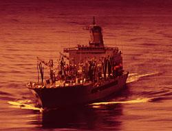 Savaş gemisine baskın şoku!
