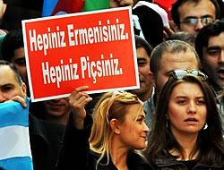 İçişleri bakanı bu pankartın önünde konuştu