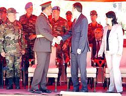 Komutan DTP'li başkanın elini sıkmadı