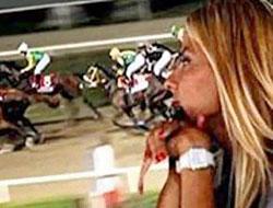M.Ali Erbill kumarda eşi at yarışında