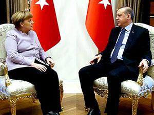 Merkel'den kuvvetler ayrılığı vurgusu
