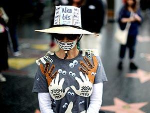 Yüzlerce kişi Hollywood'da cinsel tacize karşı yürüdü