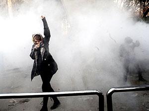 Devrim Muhafızları: Protestocular 'demir yumrukla' karşılaşır