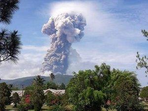 Depremin ardından yanardağ patlaması