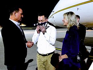Brunson Almanya'da: Uçaktan indi ABD bayrağını öptü