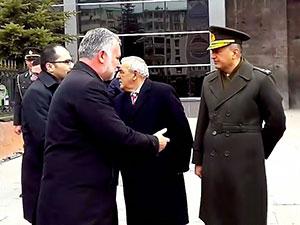 Kars'ta protokol krizi: Komutan belediye eş başkanının elini sıkmadı