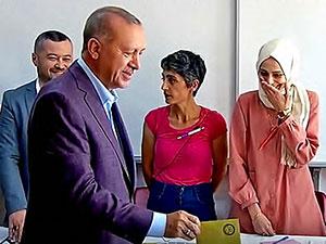 Erdoğan'a bakmayan sandık görevlisi: Aynı yöne bakamazdım