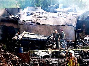 Pakistan'da askeri uçak yerleşim bölgesine düştü