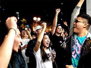 Hong Kong'da seçimleri protestocuları destekleyen adaylar kazandı