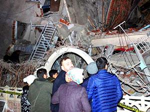 Elazığ depremi: Can kaybı artıyor, kurtarma çalışmaları sürüyor