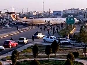 İran'da yolcu uçağı pistten çıkıp yolun ortasına fırladı