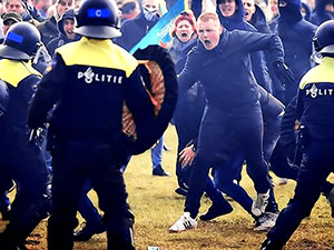 Hollanda'da polis protestoculara müdahale etti