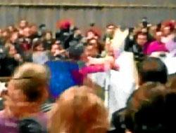 Papa, ayin sırasında saldırıya uğradı