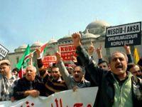 Onbinler İsrail'i protesto etti!