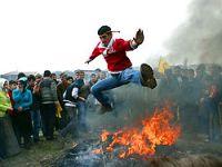 Diyarbakır'da Newroz ateşi yakıldı