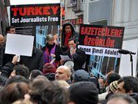 Gazeteciler gözaltıları protesto etti