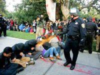 Biber gazı sıkan polisler uzaklaştırıldı