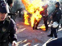 Protesto için bedenini ateşe verdi!