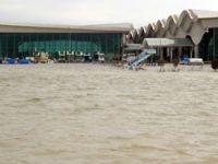 Asi taştı, havaalanı sular altında
