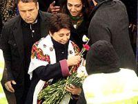 Leyla Zana'dan polise karanfil