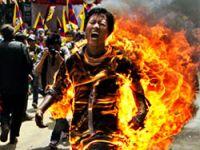 Tibetli gösterici kendini yaktı!