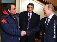 Sisi'nin Putin'e yaranma pozu!