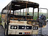 Diyarbakır'da servis aracı ateşe verildi
