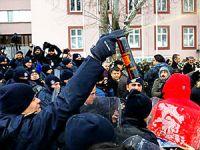 Meclis önünde polis müdahalesi