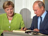 Putin ile Merkel biraraya geldi