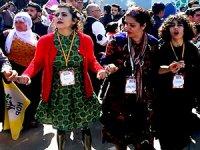 Lisa Çalan Diyarbakır Newroz'unda halay çekti