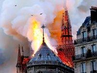 Notre Dame yangını: 850 yıllık katedralin kulesi ve çatısı çöktü