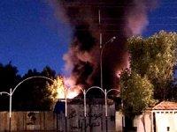 Irak'ta göstericiler Hizbullah'ın karargahını ateşe verdi