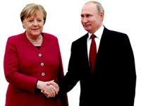 Putin ile Merkel ortak aşı üretimini görüştü