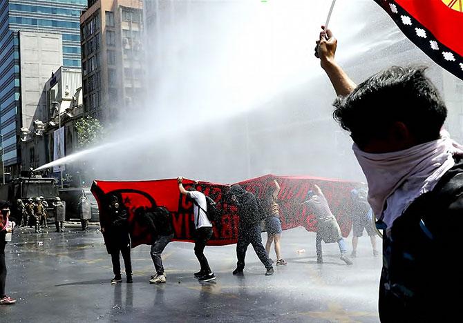 aptopix-chile-protests-6-1571895368.jpg